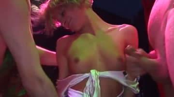 Jovencita se estrena en su primera orgia