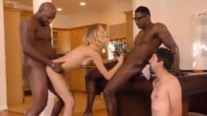 Se la follan dos negros delante de su novio