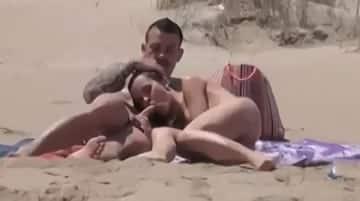 Parejas desbocadas en una playa nudista