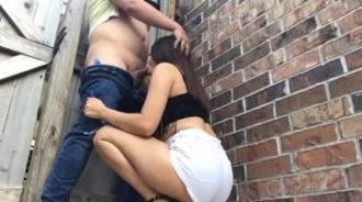 Pareja tiene sexo oral en la calle