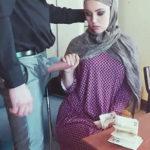 imagen Mujer arabe recibe una oferta que no puede rechazar