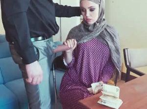 Mujer arabe recibe una oferta que no puede rechazar