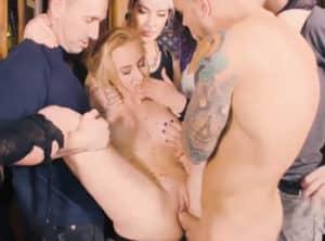 Unica protagonista de una orgia bondage