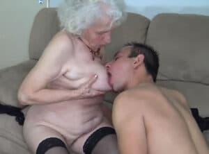 Anciana muy salida contrata un gigoló