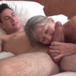 imagen Su futura suegra lo visita en la cama